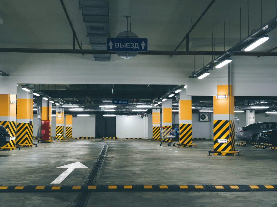 Parqueo con barreras de parking-min