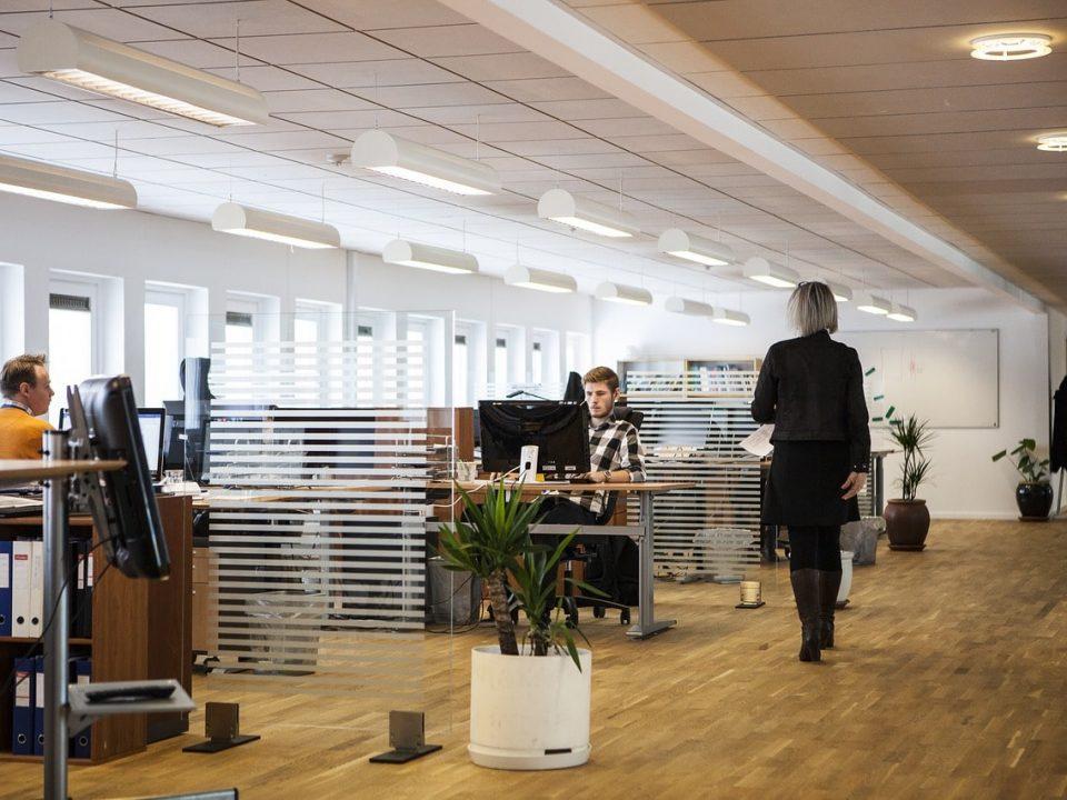 oficina con tabique movil de cristal-min